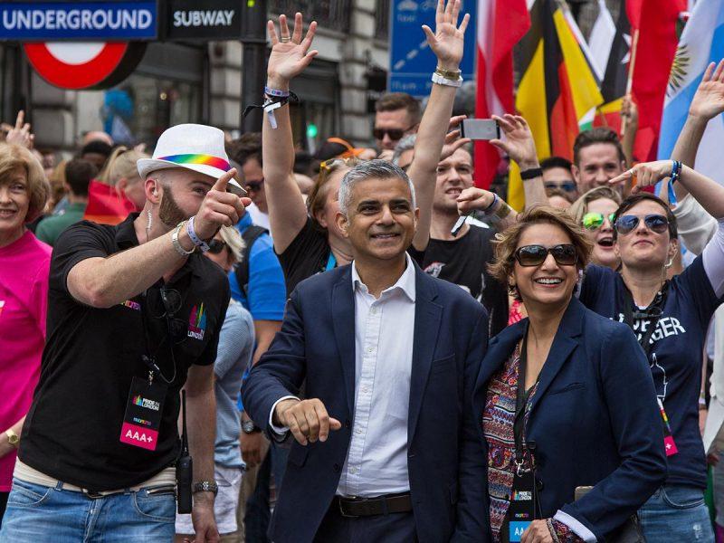 Sadiq Khan (w środku) podczas londyńskiej Parady Równości, źródło: Flickr, fot. Chris Beckett (CC BY-NC-ND 2.0)
