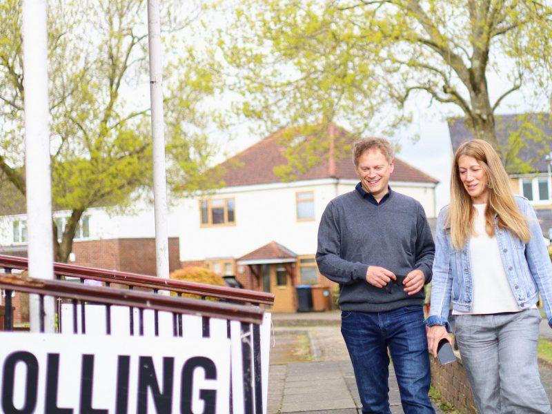 Minister transportu Grant Shapps idzie z małżonką oddać głos w wyborach lokalnych w Anglii, źródło: Twitter/Rt Hon Grant Shapps MP (@grantshapps)