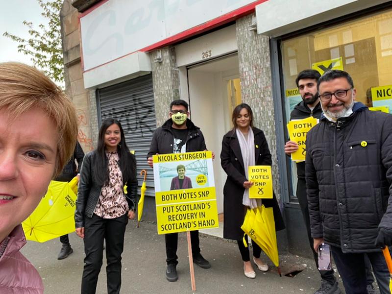 Nicola Sturgeon (na pierwszym planie) i jej zwolennicy podczas kampanii wyborczej, źródło: Twitter/Nicola Sturgeon (@NicolaSturgeon)