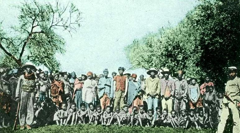 Schwytani przez niemieckie wojska kolonialne jeńcy z plemienia Herero (Bundesarchiv, Bild 146-2003-0005 / Unknown author / CC-BY-SA 3.0)