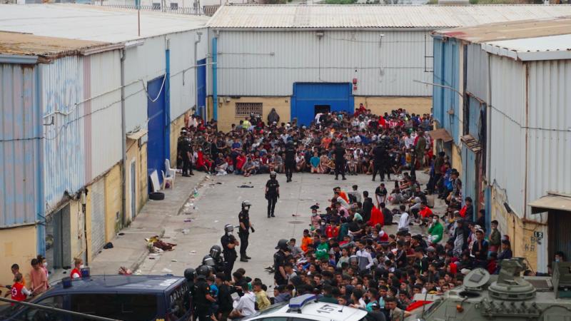 Tysiące migrantów przybywająod kilku dni do hiszpańskiej Ceuty od strony Maroko, źródło: Twitter/Irina Samy (@IrinaSamy)