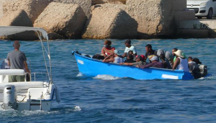 W weekend do brzegów Lampedusy przybiło wiele łodzi z migrantami, którzy wypłynęli z Libii, źródło: Facebook/Nello Musumeci (@nellomusumeci.page)