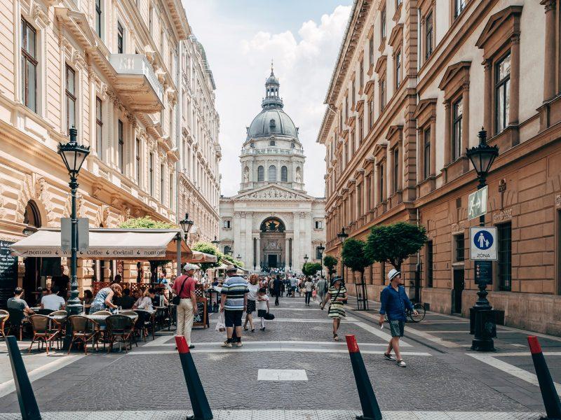 Goście wrócili już do budapeszteńskich kawiarni. Korzystać z nich mogąjednak tylko osoby z zaświadczeniem o uodpornieniu na koronawirusa (Photo by Ljubomir Žarković on Unsplash)