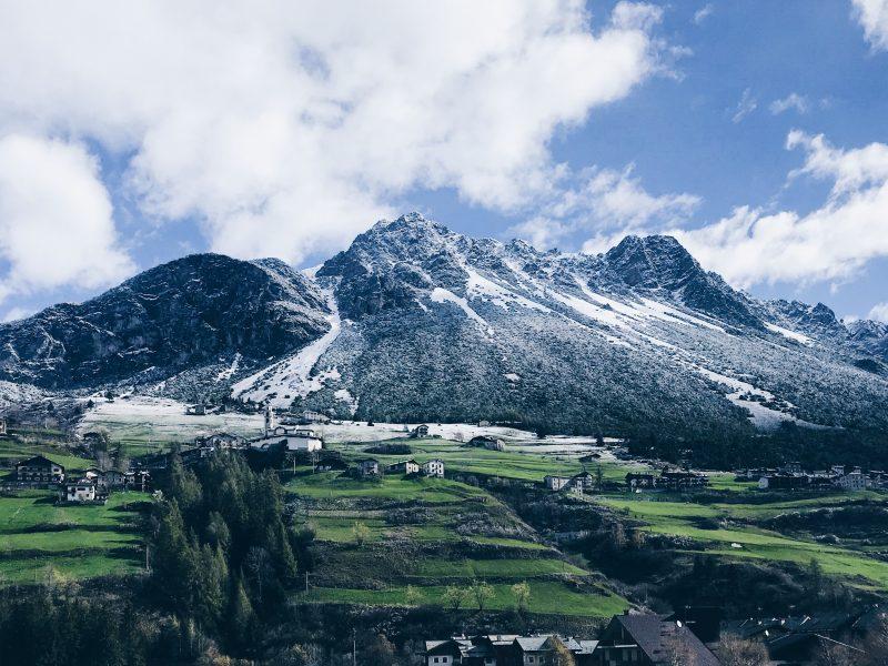 Włoskie Livigno bywa nazywane Małym Tybetem (Photo by Max Kukurudziak on Unsplash)