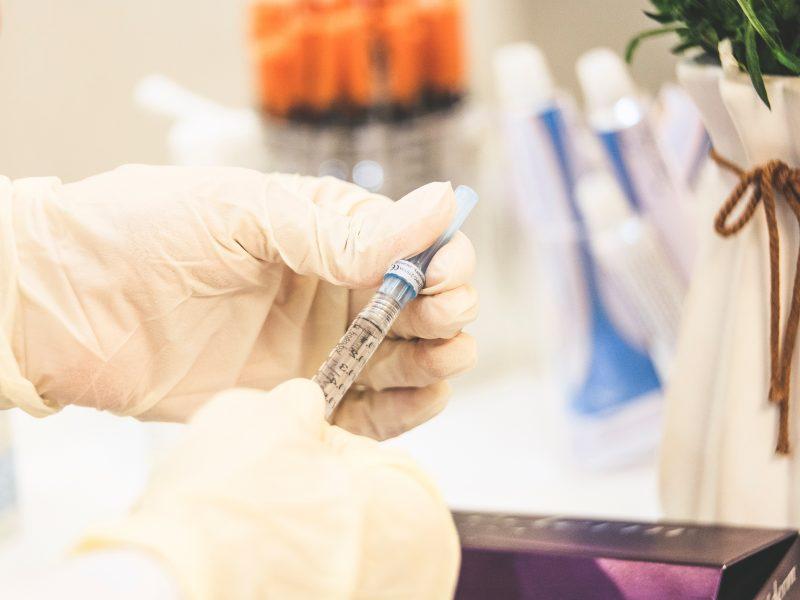 Z powodu trudnej sytuacji epidemicznej Indie ograniczająeksport szczepionek, m.in. dla programu COVAX (Photo by Sam Moqadam on Unsplash)