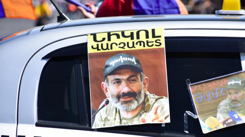Plakat z premierem Armenii Nikolem Paszynianem, źródło: Wikipedia, fot. Yerevantsi (CC BY-SA 4.0)