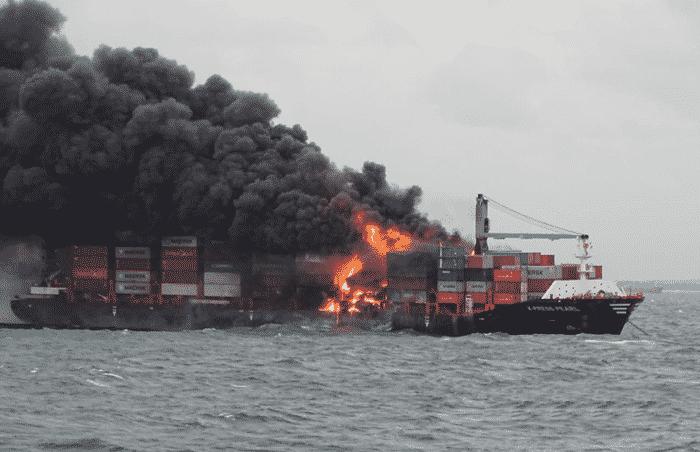 Płonący kontenerowiec u wybrzeży Sri Lanki, źródło: Indian Coast Guard