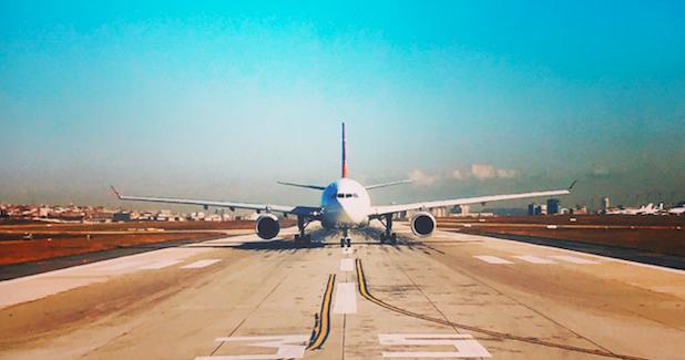 Polski samolot zostałzatrzymany na lotnisku w Petersburgu, gdy już kołował na pas startowy (Photo by Merve Sensoy on Unsplash)