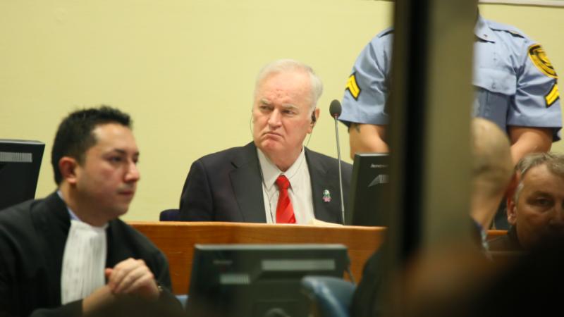 Ratko Mladić na sali sądowej w Hadze, źródło: Wikipedia/UN International Criminal Tribunal for the former Yugoslavia (CC BY 2.0)