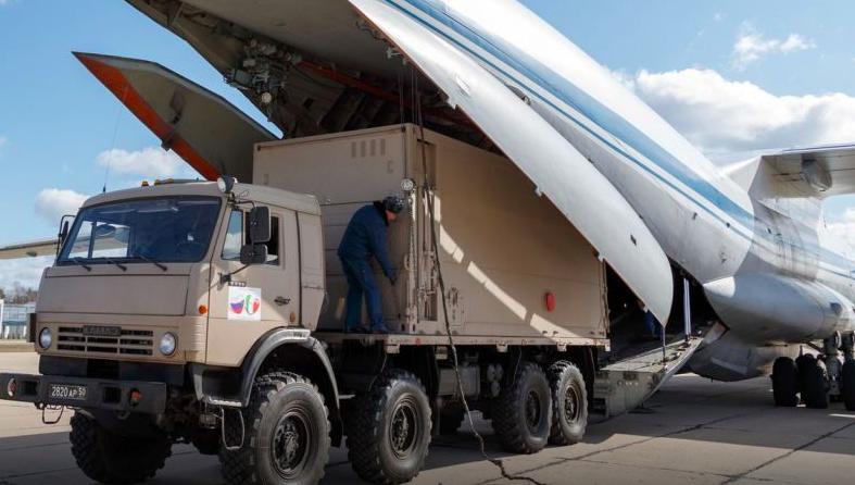 Transport z rosyjskąpomocąna lotnisku w Mediolanie, źródo: www.mil.ru