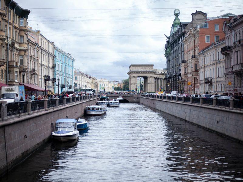 Sankt Petersburg to obecnie jedno z głównych ognisk epidemii w Rosji (Photo by Tamara Malaniy on Unsplash)
