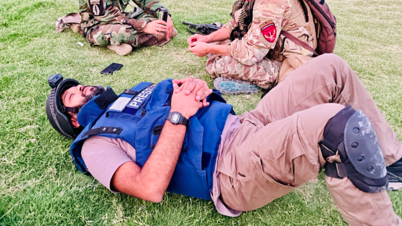 Danisz Siddiki odpoczywa podczas przerwy w walkach o miasto Spin Boldak. Dwa dni później zginął, gdy walki wybuchły na nowo, źródło: Twitter/Danish Siddiqui (@dansiddiqui)