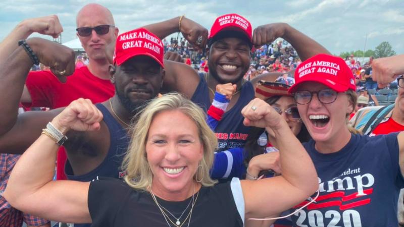 Marjorie Taylor Greene (na dole zdjęcia) na wiecu zwolenników Donalda Trumpa, źródło: Facebook/Marjorie Taylor Greene (@MarjorieTaylorGreene)