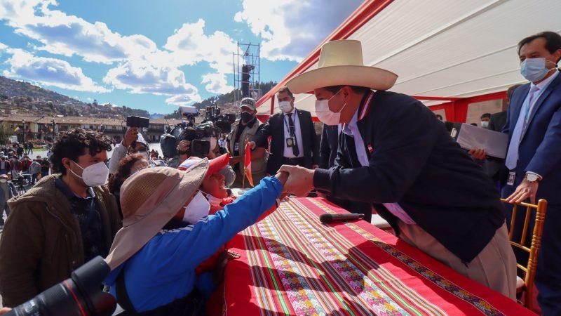 Pedro Castillo (występujący niemal zawsze w tradycyjnym kapeluszu) znakomicie radził sobie na publicznych spotkaniach z wyborcami, źródło: Facebook/Pedro Castillo Terrones (@PedroCastilloTe)
