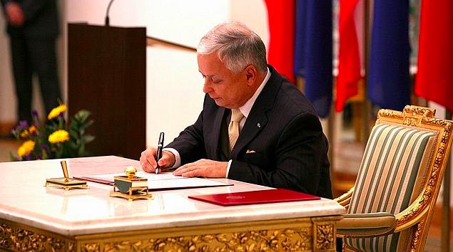 Prezydent Lech Kaczyński podpisuje 10 października 2009 r. akt ratyfikacji Traktatu Lizbońskiego, źródło: Kancelaria Prezydenta RP