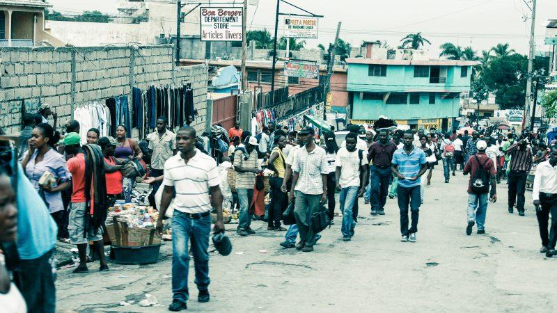 Ulica w stolicy Haiti - Port-au-Prince, źródło: Wikipedia, fot. Alex Proimos (CC BY 2.0)