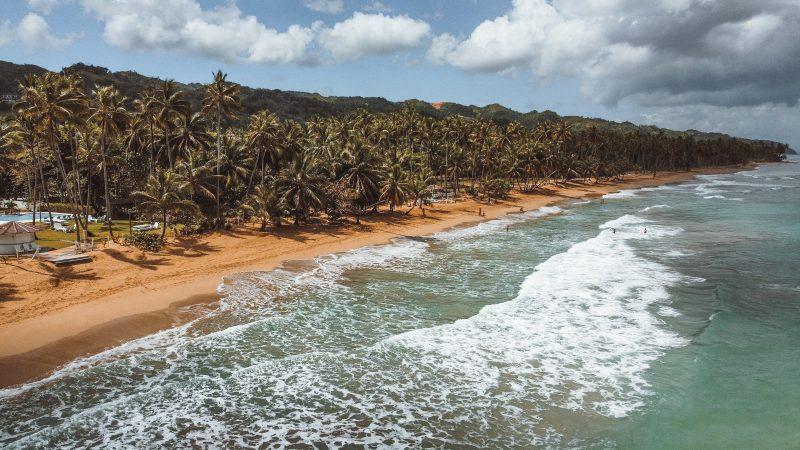 Dominikana rozwija swój sektor turystyczny, podczas gdy haitańska gospodarka zwija się niemal w całości (Photo by Emely Marchena on Unsplash)