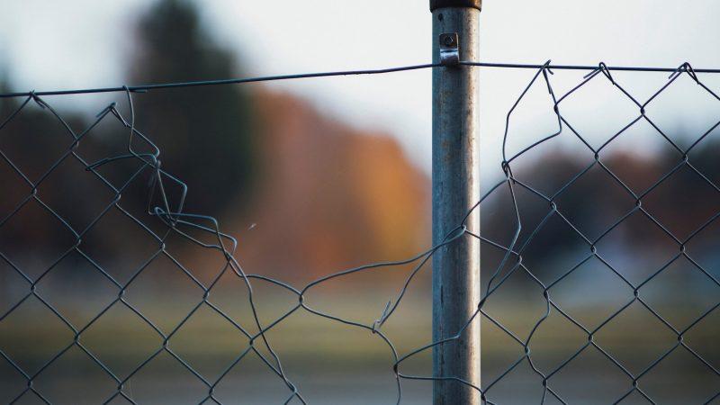 Przez granicę litewsko-białoruskąpróbuje przejść nielegalnie coraz więcej osób (Photo by Markus Spiske on Unsplash)