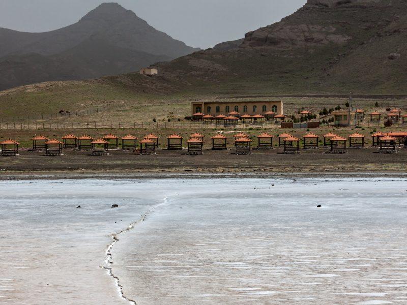 Opuszczony punkt wypoczynkowy przy jeziorze Urmia w 2011 roku.