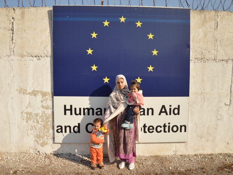 Rodzina uchodźców wspomagana przez programy humanitarne UE