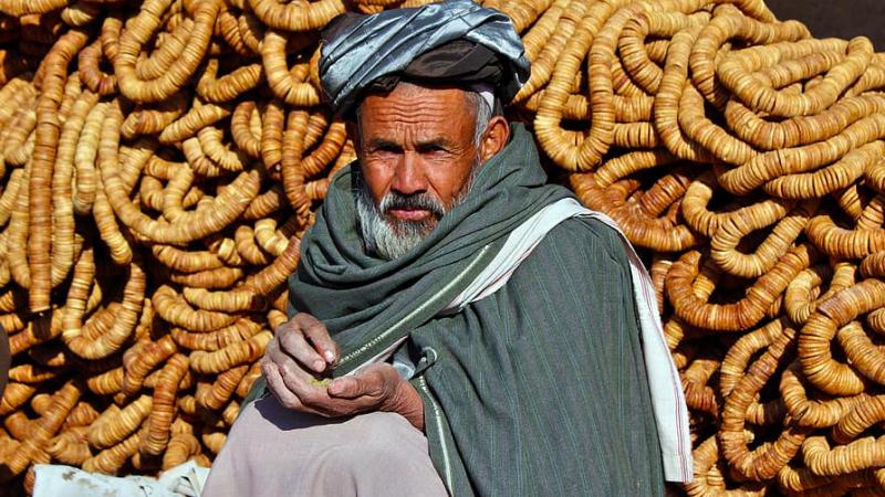 Afgański handlarz na jednym z bazarów, źródło: PxFuel (CC0 Public Domain)