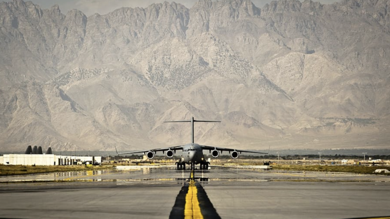 Amerykański samolot transportowy gotowy do startu, źródło: U.S. Army Air Force (CC 0 Public Domain)