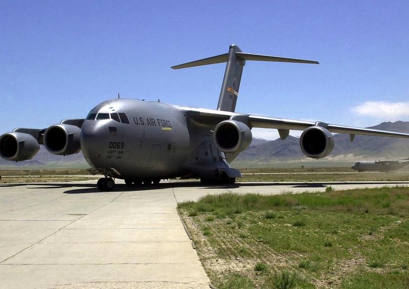 Amerykański wojskowy samolot transportowy C-17 Globemaster, źródło: USAF, fot. Sgt Ronald Mitchell (CC0 Public Domain)