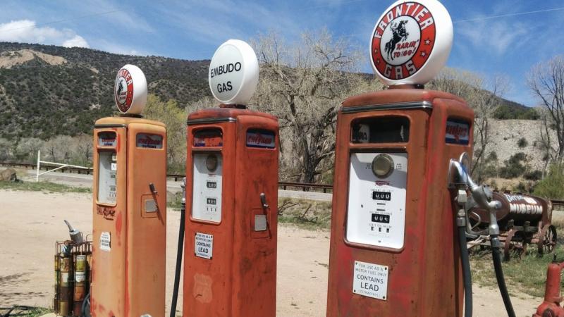 Dystrybutory ołowiowej benzyny na opuszczonej stacji benzynowej w USA, źródło: Pixabay, fot. Jessica Fender