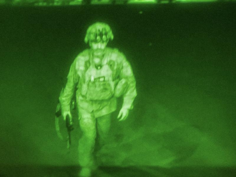 Generał Christopher Donahue jako ostatni żołnierz USA opuszcza Afganistan, źródło: Departament Obrony USA