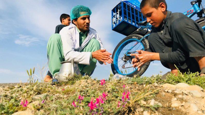 Idrees Syawash, afgański działacz społeczny i rowerzysta z misją szerzenia alfabetyzacji i edukacji w Afganistanie. Fot. z materiałów własnych Idreesa zrobione przez Hayata Khaybara