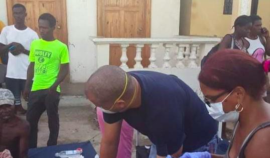 Opatrywianie rannych po trzęsieniu ziemi na Haiti, źródło: Twitter/Embassy of Cuba in Suriname