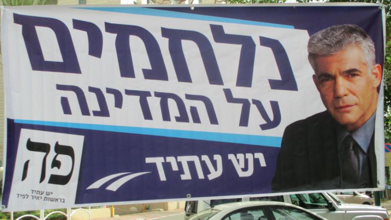 Plakat wyborczy ministra spraw zagranicznych Izraela Jaira Lapida, źródło: Wikipedia, fot. Avi1111 (Dr Avishai Teicher)/CC BY-SA 4.0