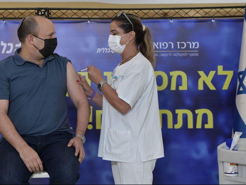 Premier Izraela Naftali Bennet przyjmuje trzeciądawkęszczepionki na koronawirusa, źródło: Twitter/Naftali Bennett בנט (@naftalibennett)