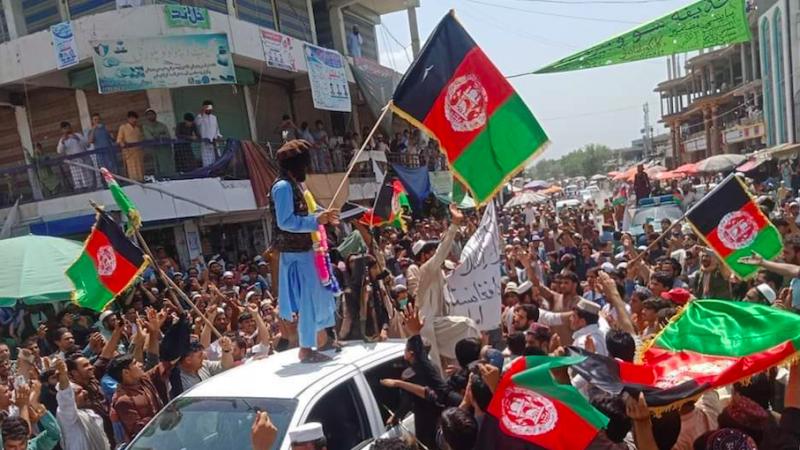 Protest przeciw talibom w Afganistanie, źródło: Twitter/Julian Röpcke (@JulianRoepcke)