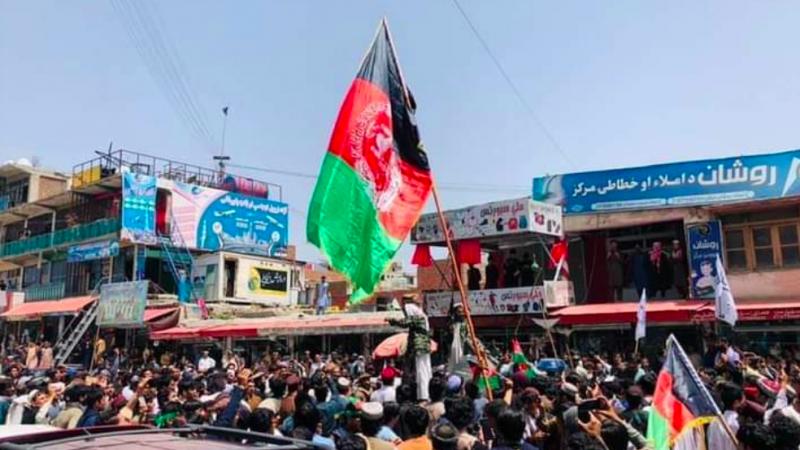 Protest przeciw talibom w Dżalalabadzie, źródło: Twitter/Saad Mohseni (@saadmohseni)