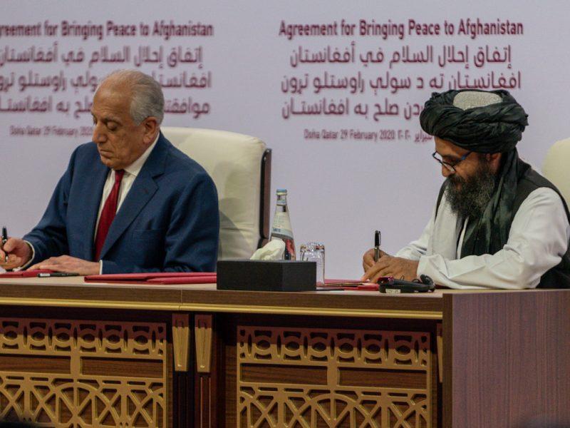 Zalmay Khalilzad podpisujący umowę pokojową