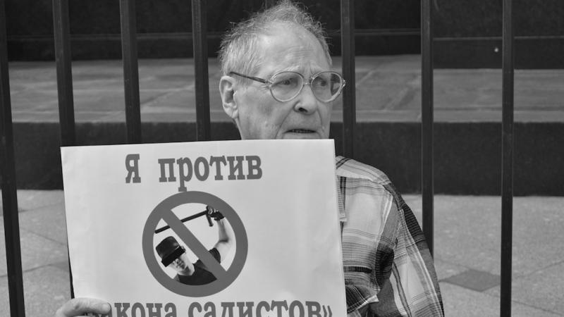 Siergiej Kowalow na jednej ze współczesnych demonstracji w obronie praw człowieka, źródło: Flickr/Фотобанк Moscow-Live (CC BY-NC-SA 2.0)