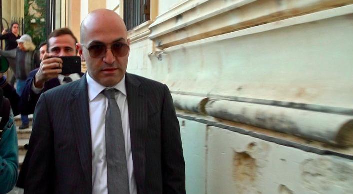 Yorgen Fenech przed budynkiem sądu w La Valetcie, źródło: OCCRP (CC BY 2.0)