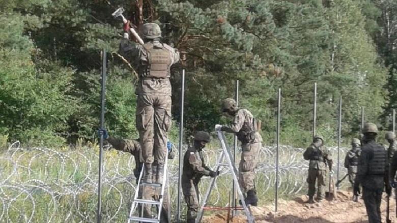 Żołnierze WP budują płot na granicy z Białorusią, źródło twitter mblaszczak