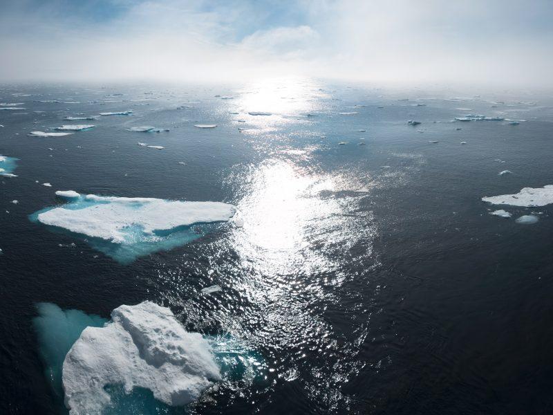 Lód na Grenlandii topi sięcoraz szybciej (Photo by William Bossen on Unsplash)