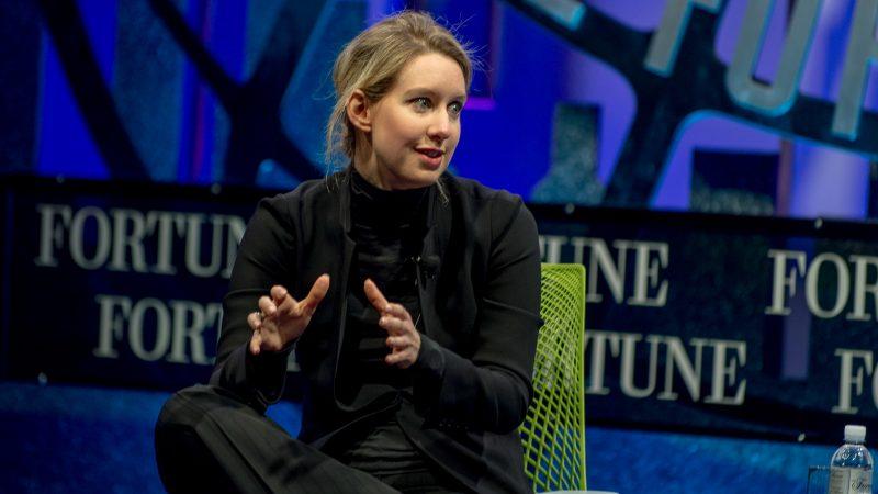 Elisabeth Holmes przemawia na forum biznesowym w San Francisco w 2015 r., źródło: Flickr/Fortune Global Forum, fot. Stuart Isett (CC BY-NC-ND 2.0)