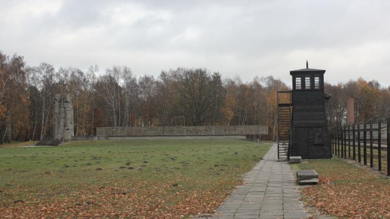 Brama koncentracyjna obozu KL Stutthof, źródło: Wikipedia, fot. Andrzej Otrębski (CC BY-SA 4.0)