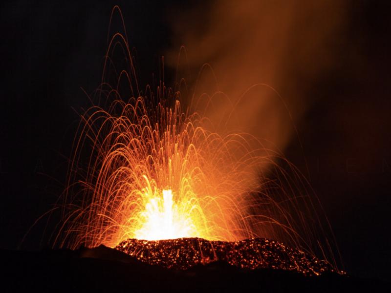 Erupcja wulkanu, źródło: Wikipedia, fot. Erland De Vienne (CC BY-SA 3.0)