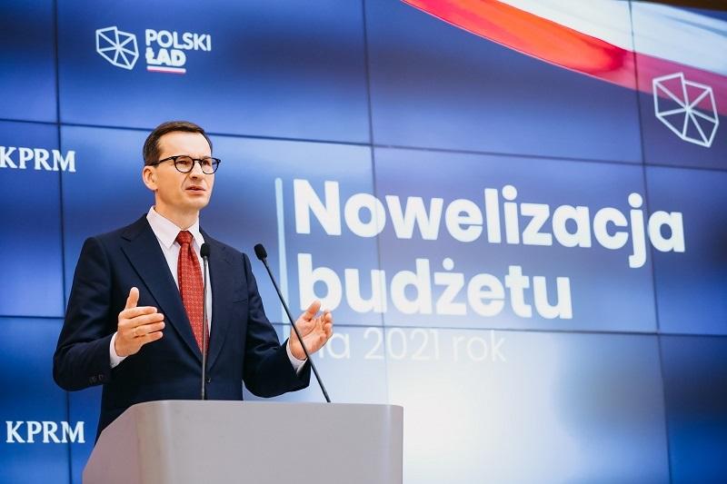 Premier Mateusz Morawiecki na konf. pras. poświęconej nowelizacji budżetu 2021, źródło www.gov