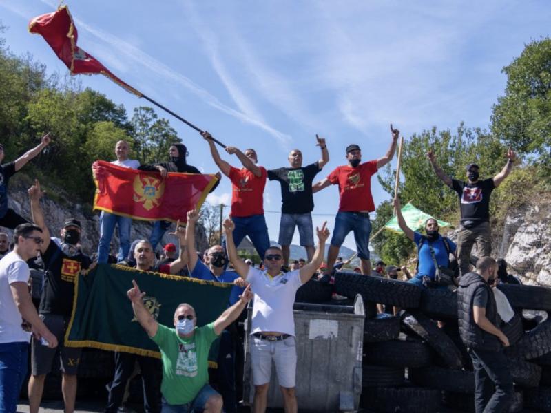 Protest przeciw ingresowi metropolity w Cetyni, źródło: Twitter/Александар Ковачевић (@AleksandarSDCZ)