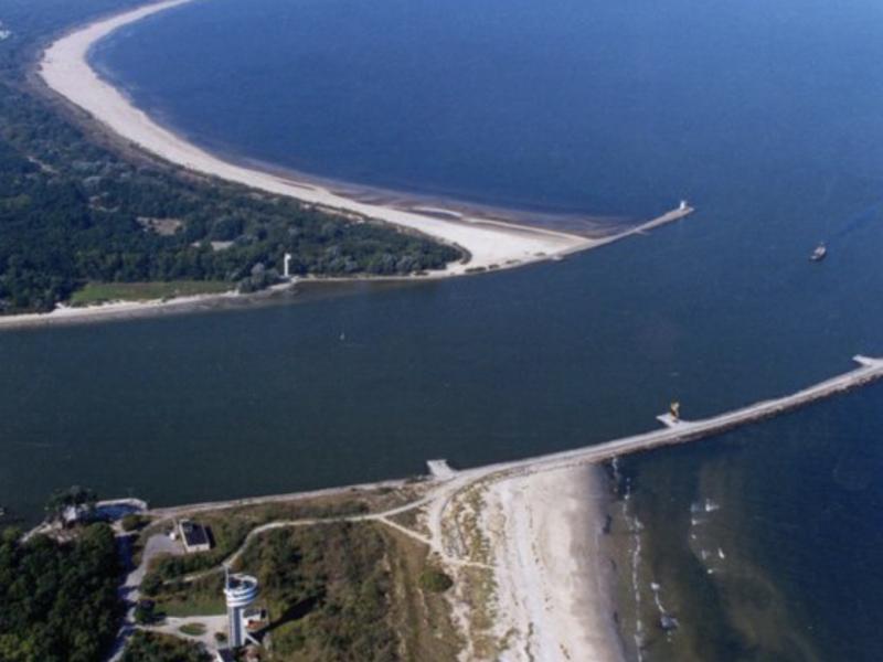 Ujście rzeki Świny do Bałtyku, źródło: Wikipedia, fot. Specjal b (CC BY 2.5)