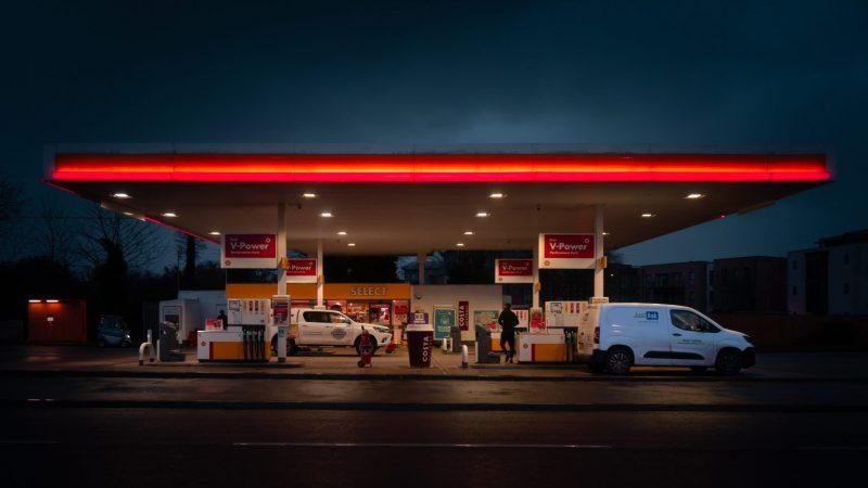 Na stacjach benzynowych w Wielkiej Brytanii zaczyna brakować paliw (Photo by Kyle Bushnell on Unsplash)