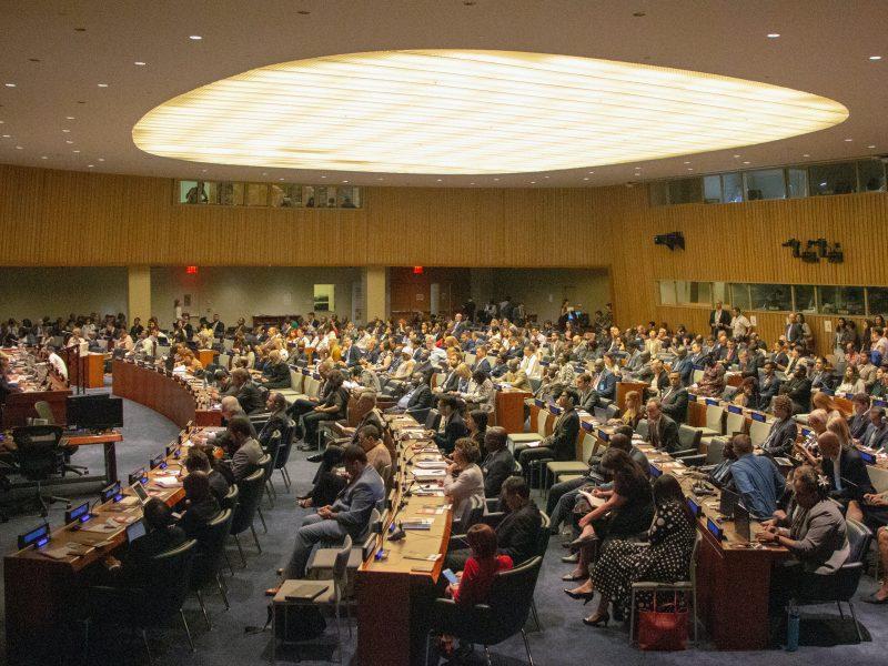Sala posiedzeń Zgromadzenia Ogólnego ONZ (Photo by Matthew TenBruggencate on Unsplash)