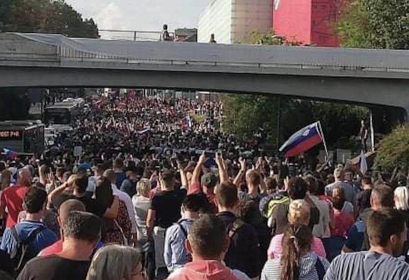 Antycovidowy protest w Lublanie, źródło: Twitter/Resni.ca (@resni_ca)