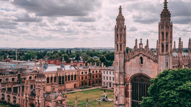 Zabytkowy kampus Uniwersytetu Cambridge (Photo by Dorin Seremet on Unsplash)